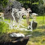 Groupe de papiers sculptés dans le jardin
